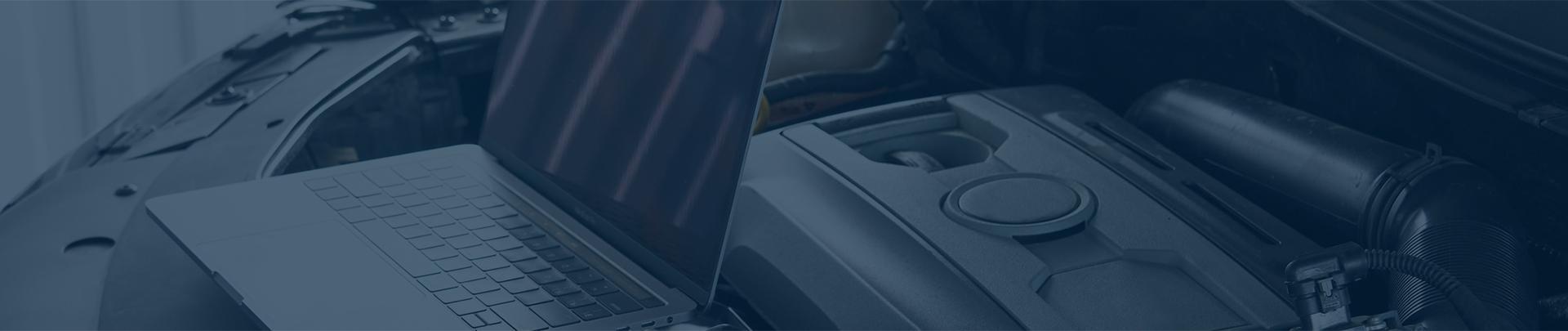 Laptop obok samochodu